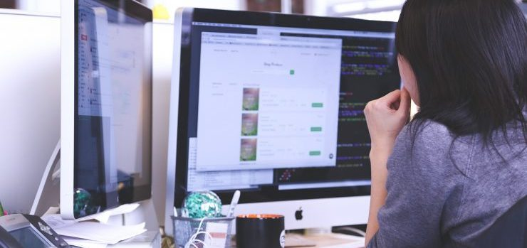 A woman trying to implement flexible data management on a PC.