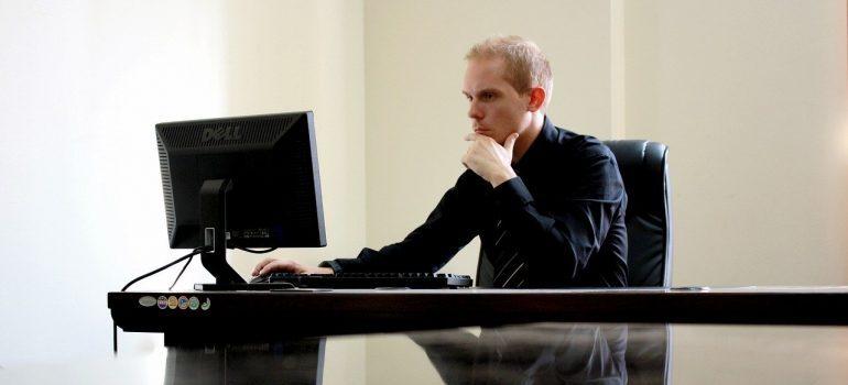 Čovek koji razmišlja kako da iskoristi vrednost PLM-a za mala preduzeća.