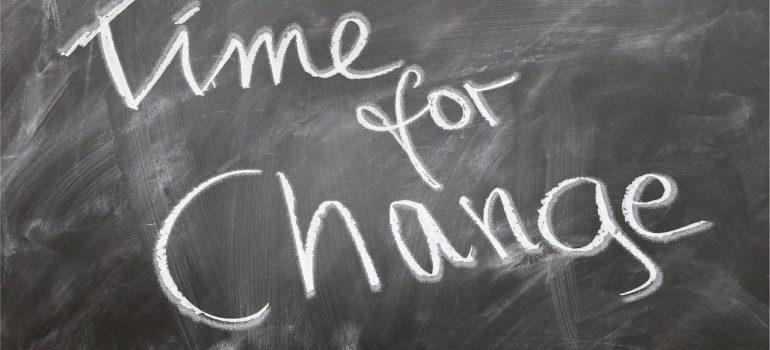 Vreme je za promenu napisano na tabli.