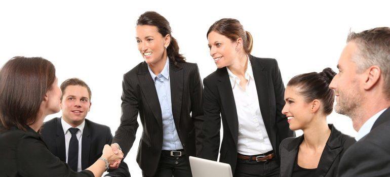 Zaposleni se rukuju i razgovaraju o tome kako PLM dovodi do dalje inovacije..