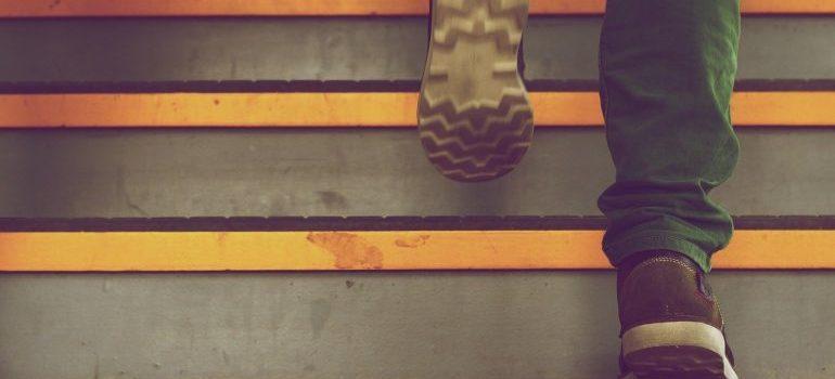 Čovek na stepenicama.